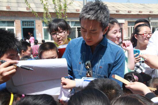 邓超为学生签名