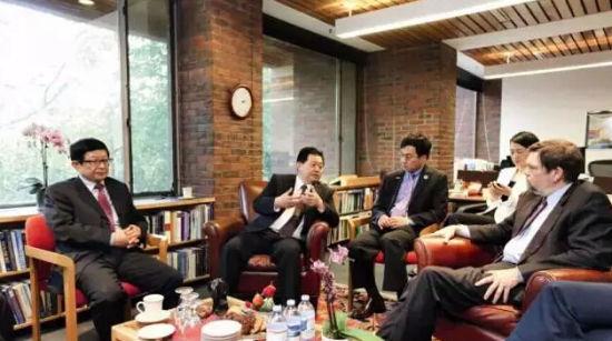 卢德之与哈佛大学肯尼迪学院院长埃尔伍德交流