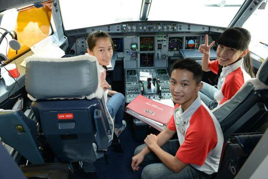 (厦门)6月6日,2015国泰及港龙航空青少年航空梦想训练营厦门站圆满结训。就读于同安汀溪中学的15名青少年参加了为期一天的训练营活动。包括航空配餐、飞机工程以及地面服务培训在内的专业课程,为热爱航空的同学们打开了了解飞行世界的窗口。最终,在此次训练营中表现突出的3位优秀学员将获选于暑期前往香港参加让梦启航国泰及港龙航空青少年航空梦想夏令营。   最惊叹:零距离看飞机,解开许多疑问   一到厦门太古飞机维修现场,惊叹声就不断响起。天哪,之前在天上看到的飞机那么小,眼前的飞机好大啊,还有双层。怎