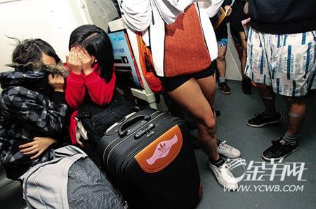 """广州:""""脱裤乘地铁""""宣传环保?(图)"""