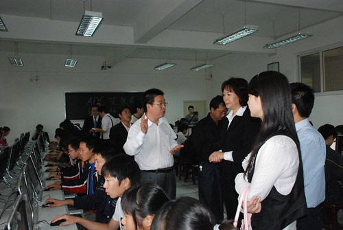 AOC艾德蒙科技为武汉汉阳一中捐赠电脑教室