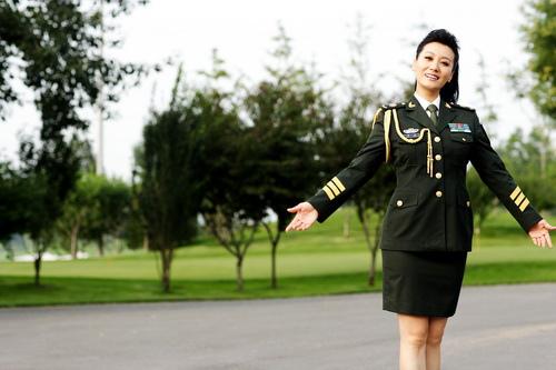 """图文:谭晶荣获""""希望工程20年特殊贡献奖"""""""