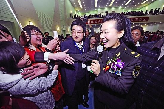 扶贫形象大使,总政歌舞团山西籍著名歌唱家谭晶专程回乡为贫困母亲