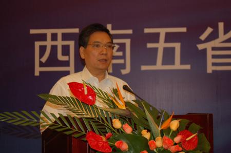 秦光荣代表受助地区群众讲话