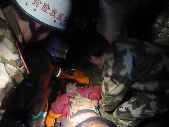 小女孩不慎掉入采石场消防官兵90分钟成功救出