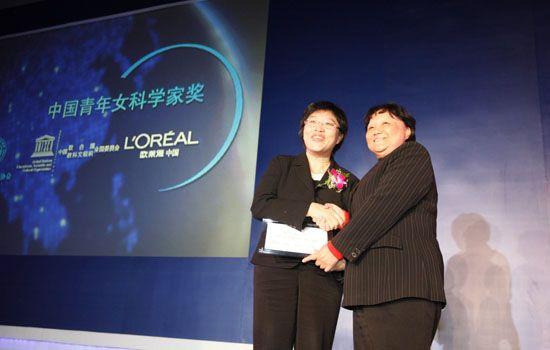 中国科协常务副主席、书记处第一书记邓楠为获奖 女科学家曹晓风女士颁奖