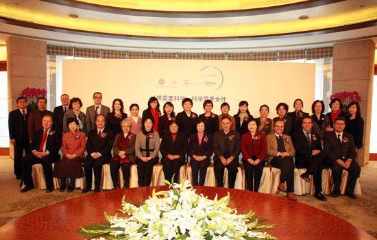 第七届中国青年女科学家奖获奖女科学家与出席颁 奖典礼的各级领导嘉宾合影留念