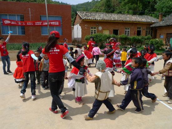 云南和广州小朋友手拉手做游戏.