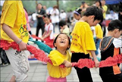 """""""公益儿童节""""为孤残儿义卖筹款"""