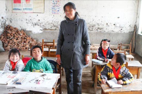口述:红粉笔2011年吉林站志愿者巴钰程   整理:谭立立   这是我第一次参加红粉笔乡村素质教育活动,确切地说,是我第一次参加比较大型的公益活动。我见到了很多人,很多事,为之感怀,也为之动容。   在这些人之中,初家坨子小学的邬云玲老师想必是我印象最深的一位。说不上因为她有多动人的事迹,也说不上她有多曲折的经历,她不过是辛勤耕耘在乡村小学的一名普通教师,普通到,如果你在北京看到她,你甚至投以一种对待外地人的那种眼光。   我说这些东西,也许不仅是因为她打动我,更是因为那些默默耕耘于乡村小学的乡村教师