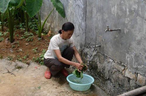 村民在自家水窖前洗菜