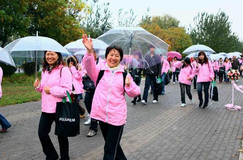 300人齐聚朝阳公园参与微笑行走关注粉红丝带