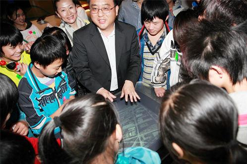 张亚勤博士为孩子们演示Surface的自然人机交互界面