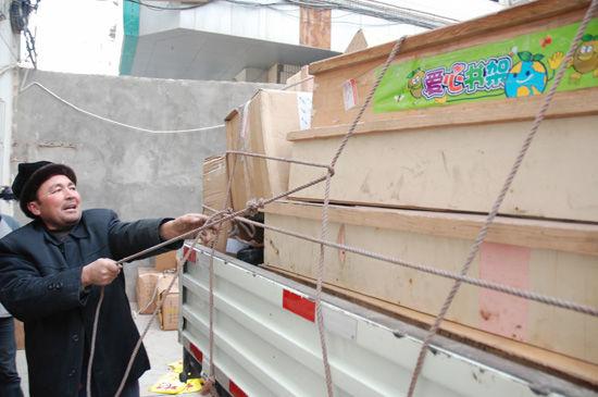 维吾尔族热心大叔在给货物加固