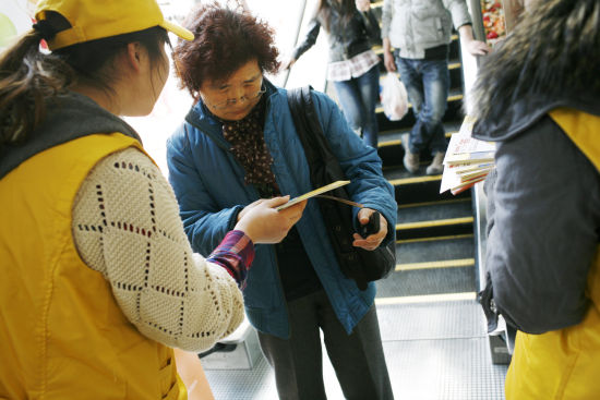日前,电梯的安全运行受到大众的广泛关注,而电梯作为每天持续不断高负荷运行的特种设备,其安全与电梯本身的生产、安装、维保、使用、管理等每个环节都有密不可分的关系。我们可能不知道,作为电梯乘客,在乘坐电梯的过程中一个小细节也会对乘梯安全产生影响。   为帮助公众了解正确的乘梯方法,3月12日,西子奥的斯电梯公司成立15周年之际,在全国开展层层关爱安全乘梯志愿者行动,在其员工中招募志愿者,来到电梯使用的公共场所担任导乘员,为市民发放安全乘梯宣传册,宣传安全乘梯知识。西子奥的斯希望通过这些活动,加强公众