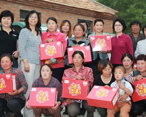 """首批""""母亲邮包""""落地发放活动在内蒙赤峰举行"""