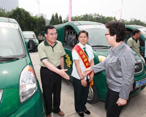 """赤峰邮政局参加了""""母亲邮包""""打包、装车、发运等工作环节"""