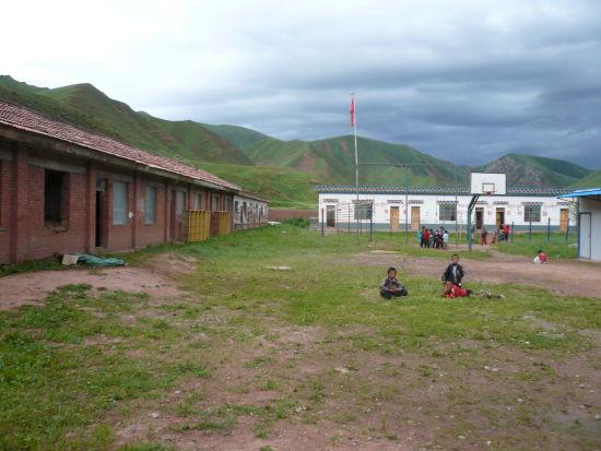 囊谦县位于青海省最南端,玉树州东南部,平均海拔3600米左右,居民绝大多数为藏族。这里地广人稀,总面积12741平方公里,仅5万余居民,生活大部分处于贫困线以下。由于气候原因,这里每年10月份即入冬,大雪封山的日子长达半年,进出各乡的道路也会因雪封锁。   吉尼赛乡中心寄校现有在校学生72人,由于玉树地震的影响,孩子们至今仍在板房教室中学习和生活,学校几乎没有操场,体育设施简陋,课外书籍匮乏,且不适合学生们阅读,而这已经是全乡条件最好的学校了。   此次扬帆计划携手北京慈弘基金会,为当地五所小学捐赠温