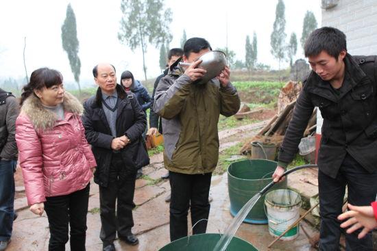 思源水窖红层浅水井解决八千余群众饮水问题