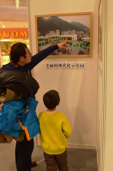 家长带着孩子参观展览