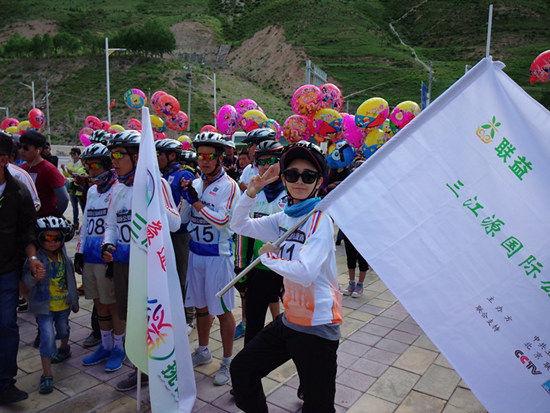 演员吕夏葳参与玉树骑行活动助力儿童公益
