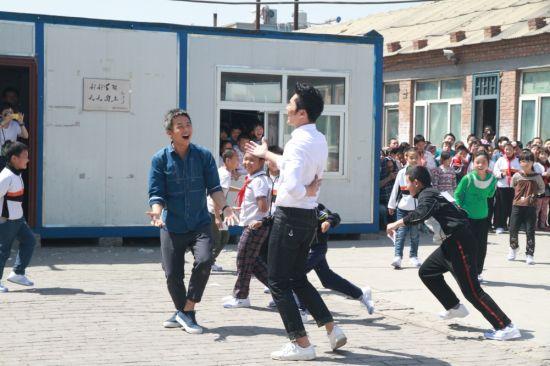 邓超李晨捐赠跑鞋带领学生开心奔跑