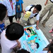 志愿者向小朋友传授安全健康知识