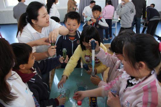 雅培科学家带领小学生通过动手参与趣味科学实验(1)