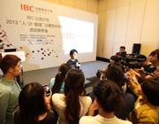 公益大使闫妮接受媒体采访